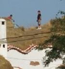 jeux, enfants,parc de loisirs à ciel ouvert,accessible par les enfants,grimper, sauter, faire du vélo,toits des cuevas,cheminée,montagne,Guadix,toits des maisons,rigolo,insolite,étonnant